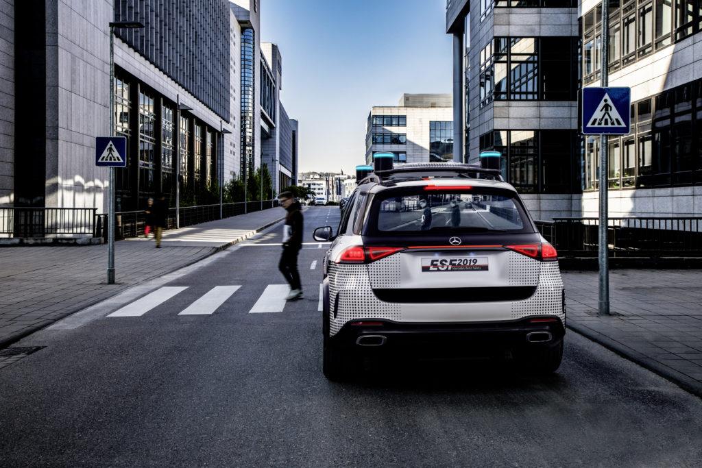 De achterruit kan attenderen op gevaar door tal van verkeersborden te tonen, maar ook duidelijk maken waarom de ESF stopt. Hier toont de ruit het camerabeeld van de overstekende voetgangers.