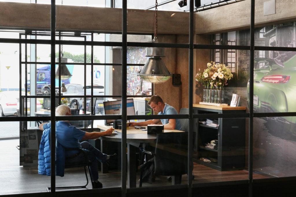 Ook de verkoopkantoren zijn uitgerust in een industriële vintage-sfeer. Oude lampen, stalen ramen en betonnen pilaren... van multiplex.