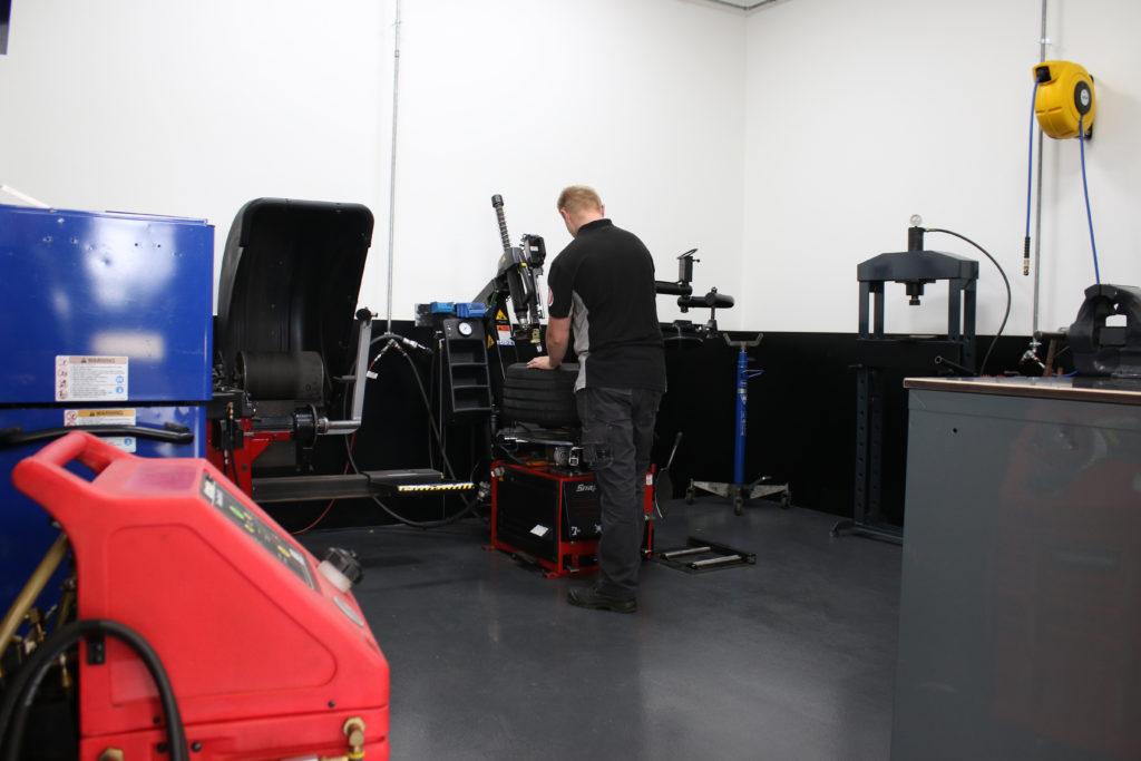 De wielserviceapparatuur is ondergebracht in een aparte ruimte onder de vide; uit het zicht en toch binnen handbereik.