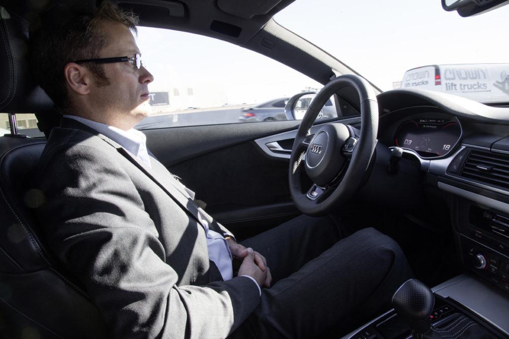 Bij levels 3 en 4 autonomie moet iemand met een rijbewijs bij het stuur zitten, voor de zekerheid. Die moet blijven opletten, het opmerken als de rij-automaat het commando wil overdragen, en dan duidelijk maken dat hij het stuur echt overneemt.